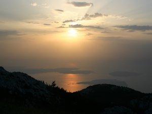 Túrázás Senjből, panoráma a naplementében a Velebit hegységből