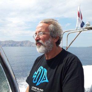 Búvárbázis csapat tagja, István a hajót vezeti