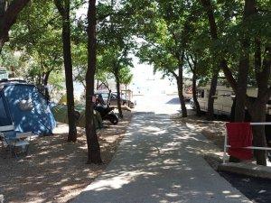 Ujča kempingben út a tenger felé, sátrakkal és fákkal szegélyezve