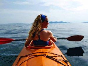 Narancssárga tengeri kajak és sznorkelling a tengeren